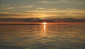 Coucher du soleil au-dessus du lac Onega. Images libres de droits