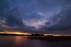 Coucher du soleil au-dessus du lac Onega Photo stock