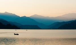 Coucher du soleil au-dessus du lac Pokhara Photographie stock