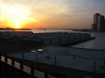 Coucher du soleil au-dessus du nyc d'East River image stock