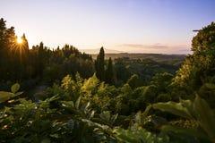 Coucher du soleil au-dessus du paysage luxuriant en Toscane Photographie stock libre de droits