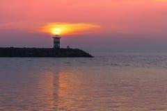 Coucher du soleil au-dessus du phare Images stock