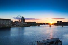 Coucher du soleil au-dessus du pont à la ville de Toulouse, France Image stock