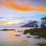 Coucher du soleil au-dessus du pont dans des clés de la Floride, St de Bahia Honda Images libres de droits