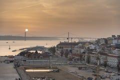 Coucher du soleil au-dessus du Ponte 25 De Abril Lisbon Images stock