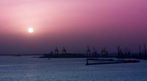 Coucher du soleil au-dessus du port Photos stock