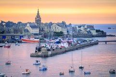Coucher du soleil au-dessus du port de Roscoff, la Bretagne, France Images stock