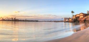 Coucher du soleil au-dessus du port en Corona del Mar Photo libre de droits