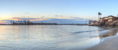 Coucher du soleil au-dessus du port en Corona del Mar images libres de droits