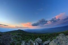 Coucher du soleil au-dessus du terrain montagneux La nature des Monts Oural du sud Ciel de coucher du soleil au-dessus de la forê Image libre de droits