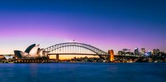 Coucher du soleil au-dessus du théatre de l'opéra et du pont de port à Sydney, Australie Photo libre de droits