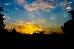 Coucher du soleil au-dessus du village Photographie stock libre de droits