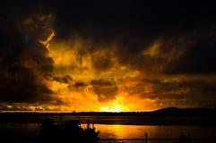 Coucher du soleil au-dessus du voir avec les nuages impressionnants image libre de droits