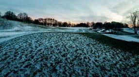 Coucher du soleil au-dessus du flanc de coteau bleu photo libre de droits