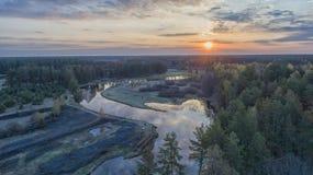 Coucher du soleil au-dessus du fleuve images stock