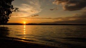 Coucher du soleil au-dessus du lac Laps de temps 7 banque de vidéos