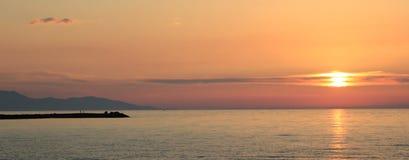 Coucher du soleil au-dessus du Pacifique chaud, la mer du sud une soirée d'été Photographie stock libre de droits