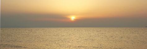 Coucher du soleil au-dessus du Pacifique chaud, la mer du sud une soirée d'été Photo stock