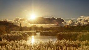 Coucher du soleil au-dessus du parc de pays de vue de Wirral le Mersey Images stock