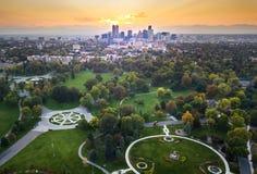 Coucher du soleil au-dessus du paysage urbain de Denver, vue aérienne du parc Image libre de droits