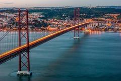 Coucher du soleil au-dessus ` du pont de ` du 25 avril à Lisbonne, Portugal Image stock