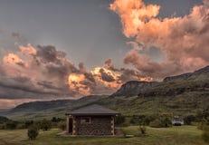 Coucher du soleil au-dessus du secteur de camping avec le bâtiment d'ablution chez Injisuthi Photographie stock libre de droits