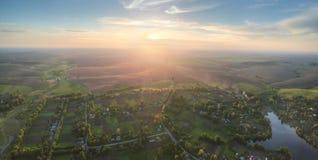 Coucher du soleil au-dessus du village Photographie stock