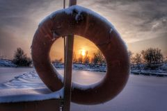 Coucher du soleil au-dessus du village de pêche Photos stock