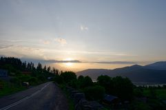 Coucher du soleil au-dessus du village de Ruginesti Photographie stock libre de droits