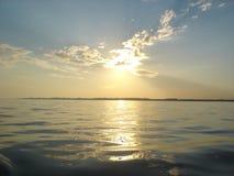 Coucher du soleil au fleuve Photo libre de droits