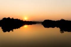 Coucher du soleil au fleuve Image libre de droits