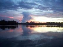 Coucher du soleil au fleuve de Bintuni Photographie stock