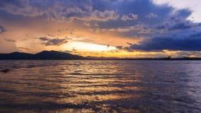 Coucher du soleil au lac banque de vidéos