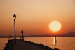 Coucher du soleil au lac de Garda avec le silouette de l'homme Photographie stock
