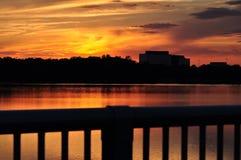 Coucher du soleil au lac de ville Image stock