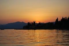 Coucher du soleil au lac Garda Photographie stock libre de droits