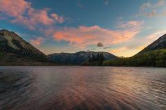 Coucher du soleil au lac Pearson/à réserve de Moana Rua située dans Craigieburn Forest Park dans la région de Cantorbéry, Nouvell Photo stock