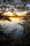 Coucher du soleil au lac, vue à partir du bord de forêt avec les réflexions a images libres de droits