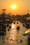 Coucher du soleil au marché de flottement d'Amphawa, secteur d'Amphawa, province de Samut Songkhram, Thaïlande Images libres de droits