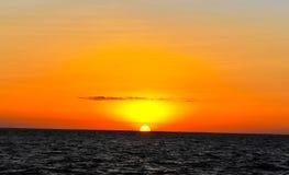 Coucher du soleil au milieu de l'océan Photos stock