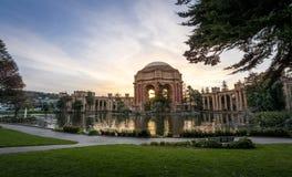 Coucher du soleil au palais des beaux-arts - San Francisco, la Californie, Etats-Unis image stock