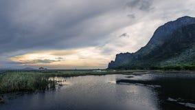 Coucher du soleil au parc de Sam Roi Yot, Thaïlande Image libre de droits