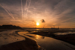 Coucher du soleil au paysage industriel Images libres de droits