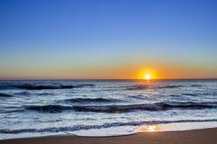 Coucher du soleil au paysage marin de plage de Dunas Douradas, destination célèbre Photographie stock libre de droits