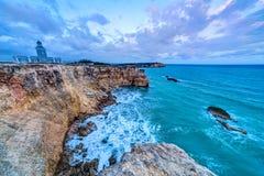 Coucher du soleil au phare de visibilité directe Morrillos, Cabo Rojo, Porto Rico Images libres de droits