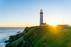 Coucher du soleil au phare historique - phare de point de pigeon - la Californie, Etats-Unis photographie stock