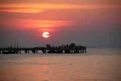 Coucher du soleil au pilier de pêche Photographie stock libre de droits