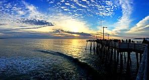 Coucher du soleil au pilier de plage de Pismo photographie stock