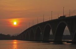 Coucher du soleil au pont Image libre de droits