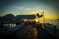 Coucher du soleil au pont blanc Photo stock